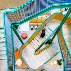 Afyon Fabrikasından Dönüştürülen Renkli Ofis Mekanı
