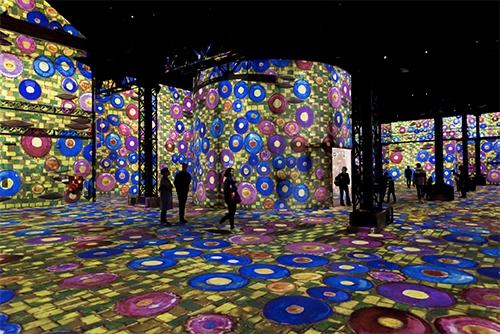 """Paris'in İlk Dijital Müzesi ve Sizi İçine Alan """"An""""lara Dair Bir Sergi"""