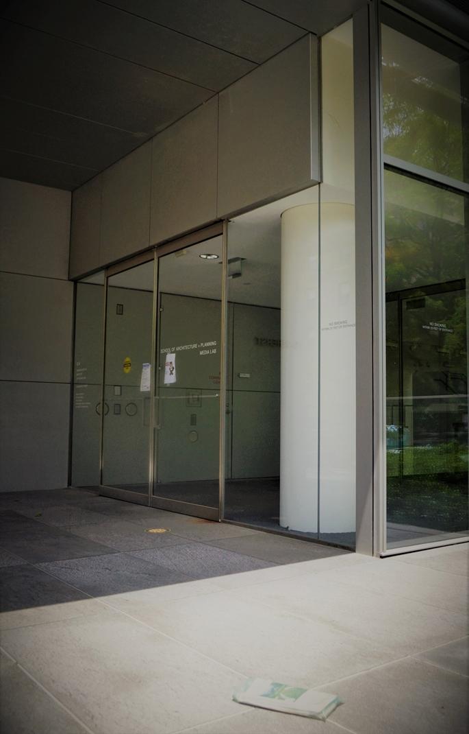 MIT Media Lab, Building E-14, ziyaretçilere kapalı ve girişine bırakılmış gazeteyle, Cambridge, MA, 9 Haziran 2020.