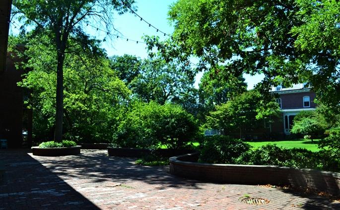 """Loeb Drama Center"" bahçesi, Cambridge, MA."