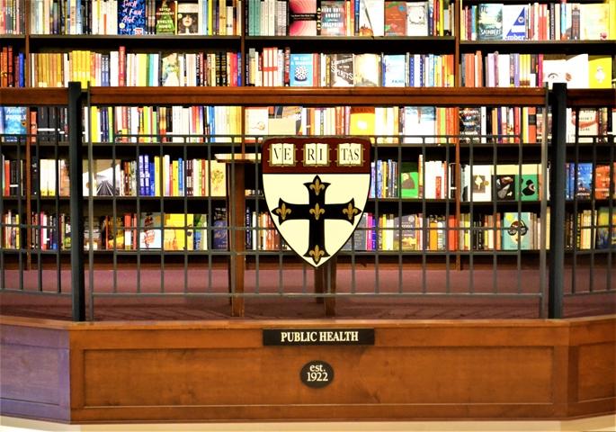 """""""Harvard Coop Bookstore"""", """"kamu sağlığı"""" bölümü, Cambridge, MA, 9 Haziran 2020."""
