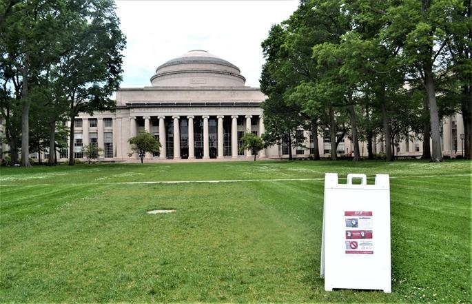 """MIT-Killian Court, bahçesindeki """"COVID-19"""" sağlık uyarıları içeren tabelasıyla yeniden hayata dönüş sürecinde, Cambridge, MA, 9 Haziran 2020."""