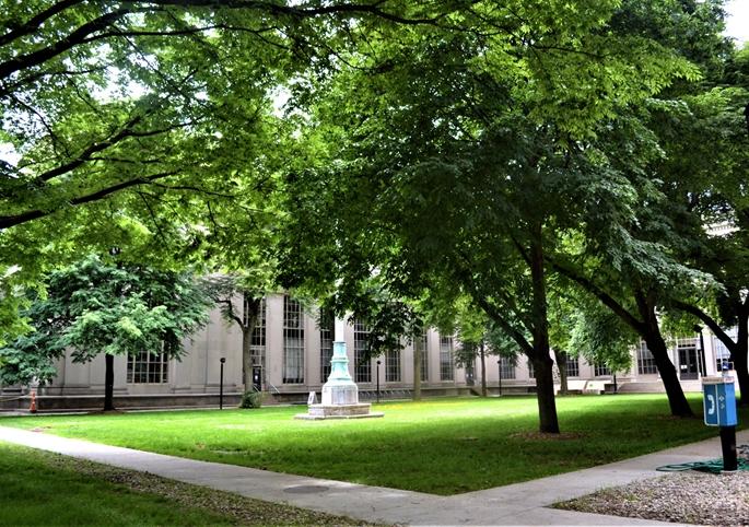 """MIT Kampüsü, """"du Pont Court"""", henüz net zamanı bilinmeyen, öğrencilerin geri dönüşünü beklerken, Cambridge, MA, 9 Haziran 2020."""