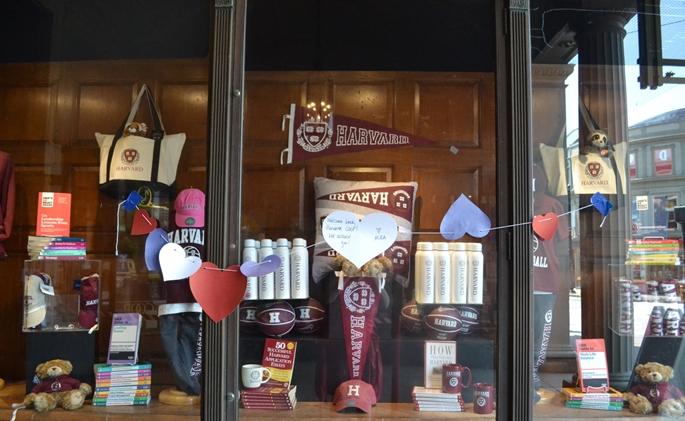 """""""Harvard Coop Bookstore"""", """"Tekrar hoşgeldiniz, sizi özledik"""" notu ile, Cambridge, MA, 9 Haziran 2020."""