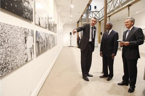 Kofi Annan ve Ivan Pictet, jüri başkanı Francis Hodgson ile sergiyi gezerken