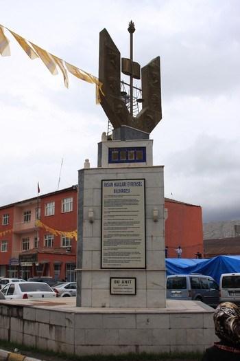 Doğubeyazıt merkezdeki 'İnsan Hakları Evrensel Bildirgesi' anıtı