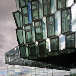 Reykjavik'in Volkanik Karataşları; Renkli ve Işıldayan Bir Heykele Dönüşürse...