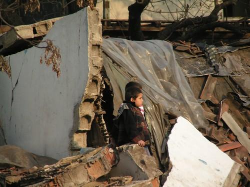 Evlerin yıkıntılarında çocuklar...