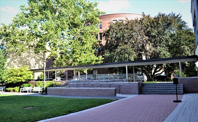 """Harvard University, """"Graduate Center"""" bahçesi, Cambridge, MA."""
