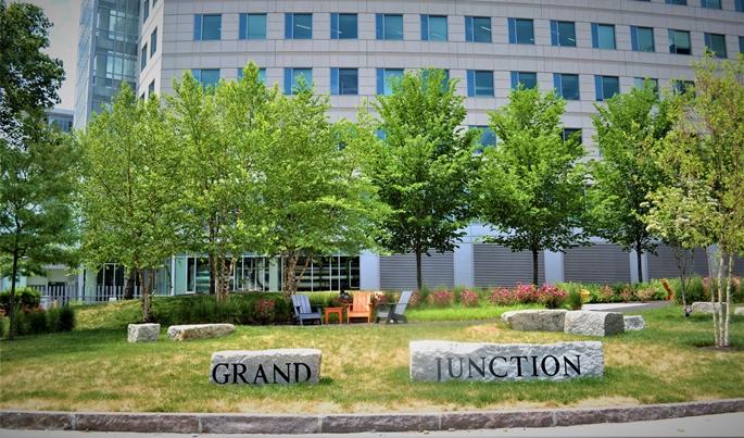 """""""Grand Junction"""", henüz boş ziyaretçi banklarıyla, Cambridge, MA, 9 Haziran 2020."""