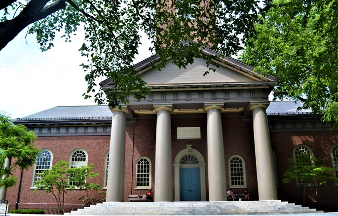 """Harvard Üniversitesi-Memorial Church banklarında, (eşitlik üzerine ülke genelinde protestolar sürerken) """"siyah ve beyazlar bir arada"""", Cambridge, MA, 9 Haziran 2020."""