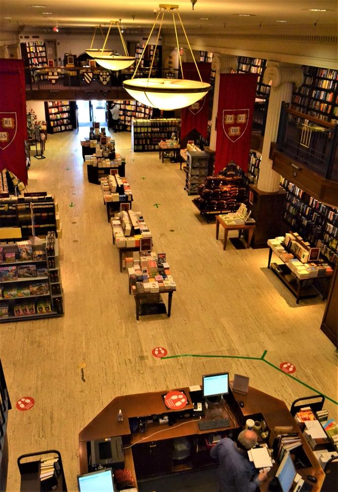 """""""Harvard Coop Bookstore"""", okurlarını beklerken, Cambridge, MA, 9 Haziran 2020."""