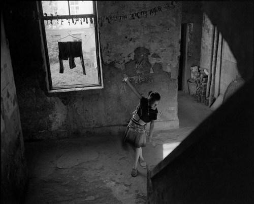 E / Girl who practices dancing in the corridor
