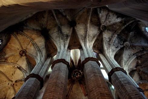 Taş kesilmiş bir bedenin omurgalarını anımsatan Katalan Gotik örnekleri