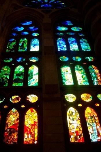 Kilise'nin içmekanına günün her saatinde muazzam bir ışık gösterisi sunan vitraylar