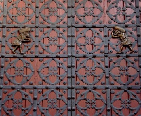 Barselona Katedrali'nin kapısı