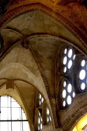 Katalan Gotik'in tonoz ve kemer örnekleri (Sagrada Familia)