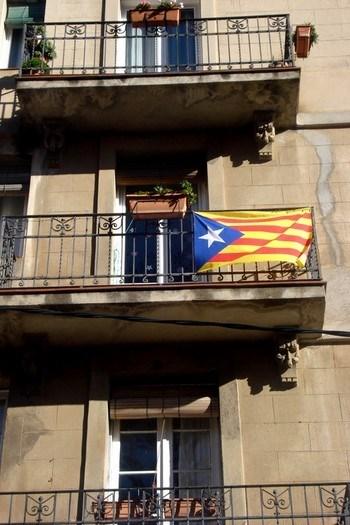 Barselona'daki neredeyse tüm balkonların vazgeçilmezi Katalonya bayrağı