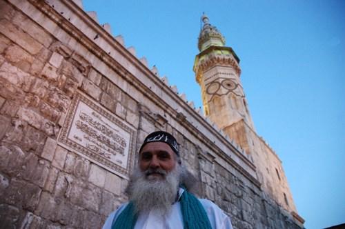Muaviye Camii önünde, karanlık gelecekten habersiz, poz veren Şamlı