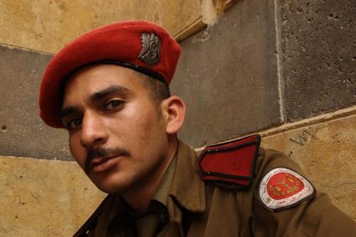 Halep Kalesi Kapısı'nda vakurla bakan Suriye askeri