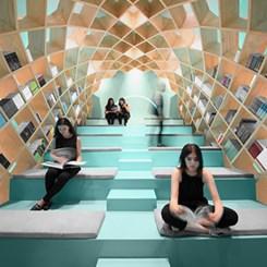 Ahşap Strüktürüyle Okuyucuyu Saran Bir Kütüphane